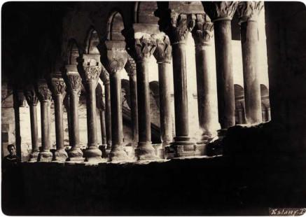 Fotografia de Domènech i Montaner del claustre del monestir agustinià de Santa Maria de l'Estany,  a el Bages.